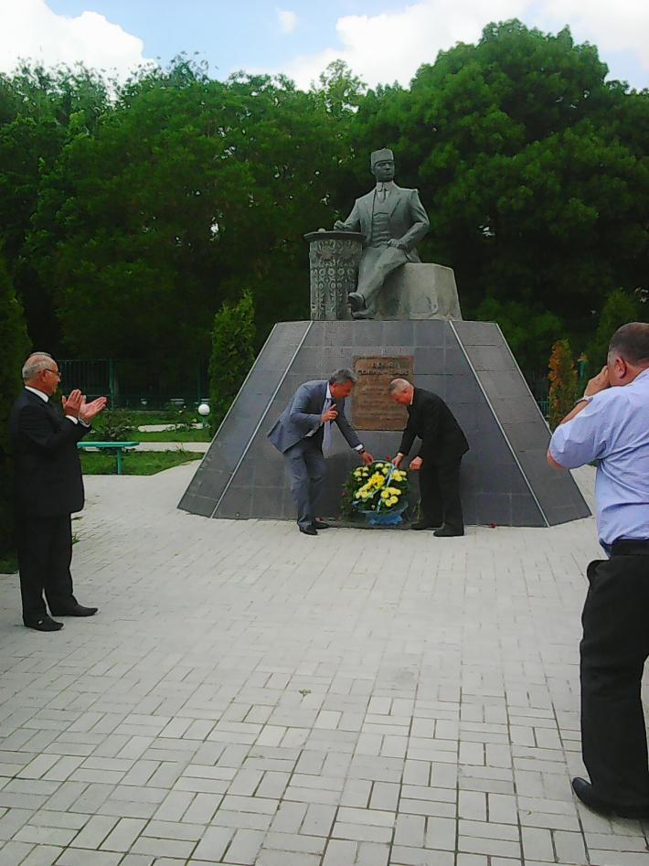 -цветов к памятнику Бекиру Чобан-заде