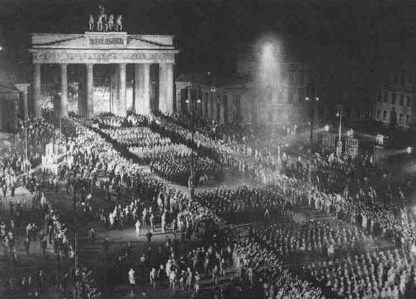 -шествие через Бранденбургские ворота в Берлине 30.01.1933