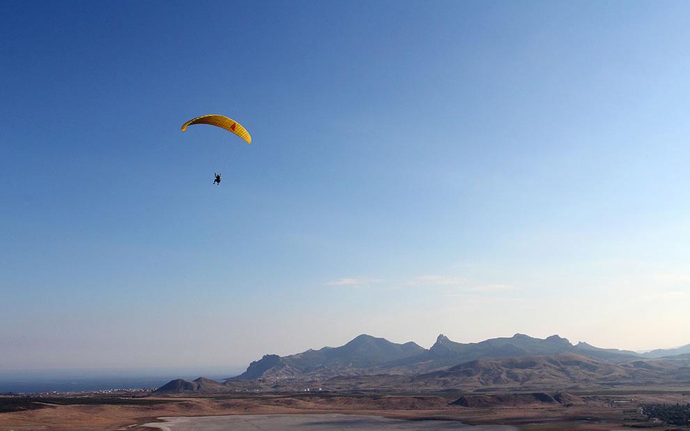 parasailing-over-the-amazing-landscape-of-kara-dag-crimea