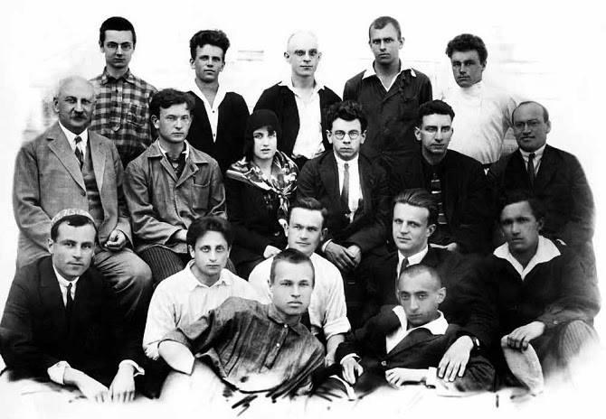 Научные воспитанники и коллеги академика А.Ф.Иоффе. Сидит крайний слева в среднем ряду Абрам Федорович Иоффе; сидит крайний слева И.Г. Факидов, 1930-е гг.