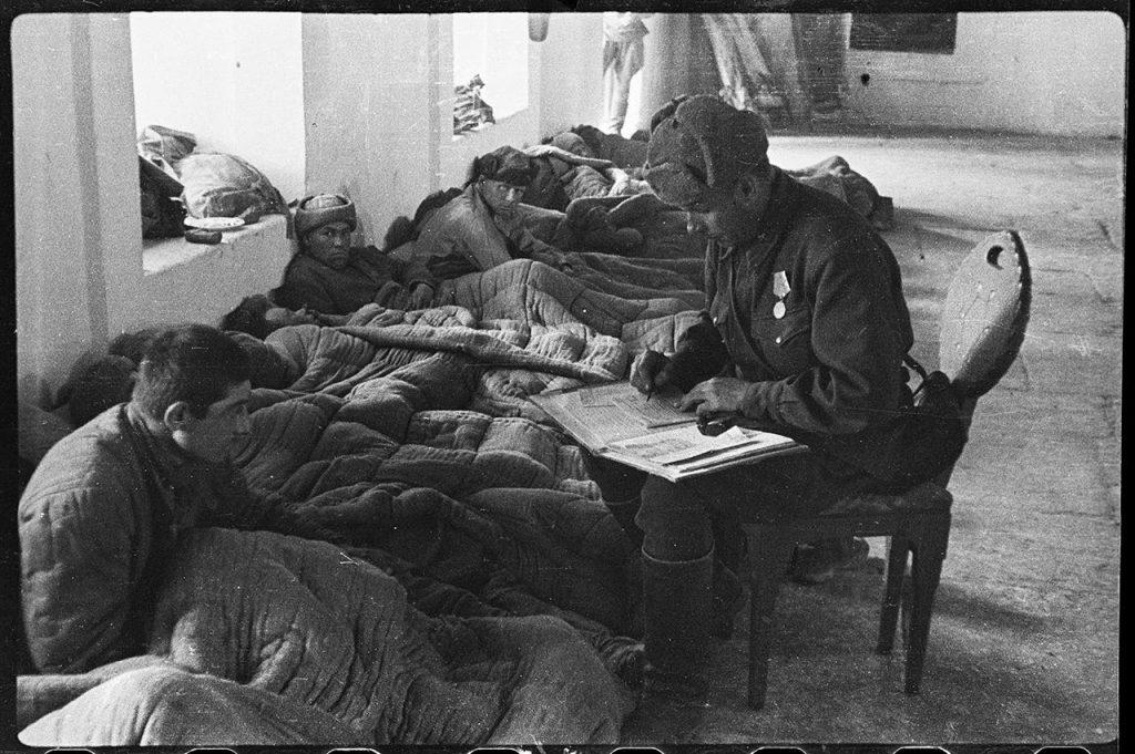 Полевой госпиталь в мечети Ханского дворца в Бахчисарае. Капитан Александр Коротков регистрирует прибывшего раненого под Севастополем рядового Гини Саникидзе, 21 апреля 1944 года