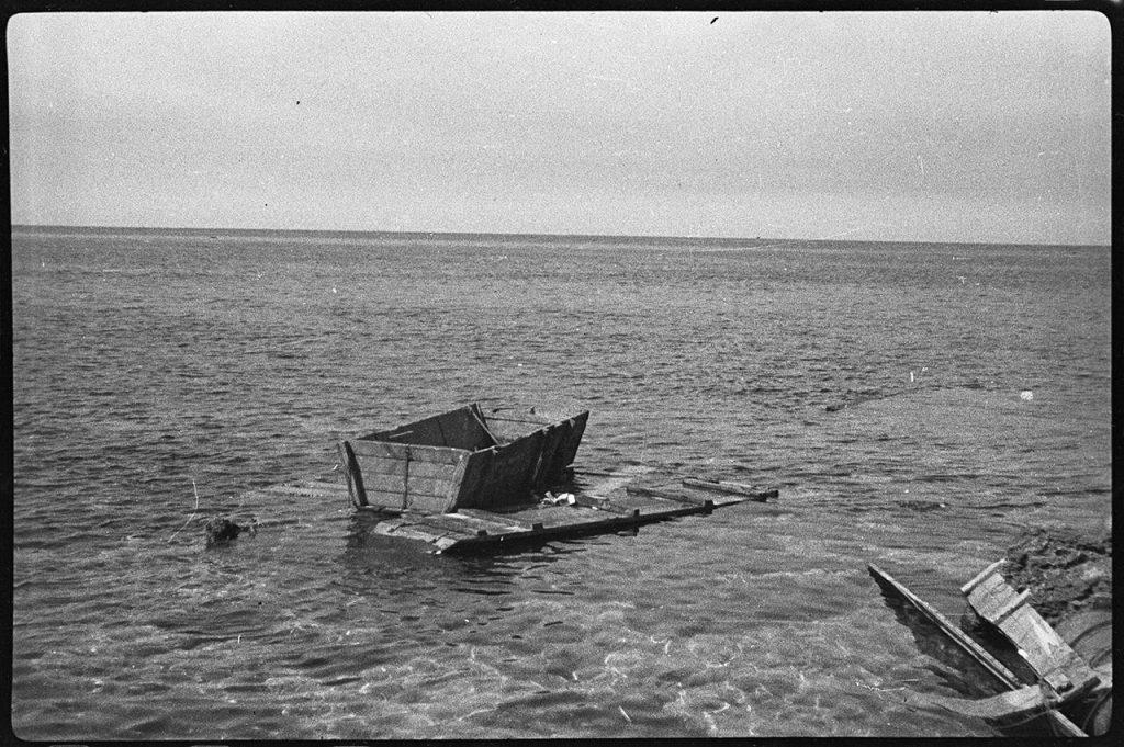«Ушаты», на которых пытались уплыть немецкие солдаты, на побережье Черного моря в районе Херсонесского аэродрома