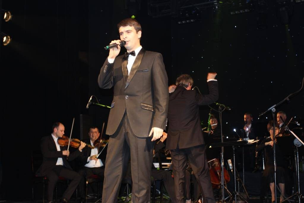 Молодой певец Ильяс Абдукадыров