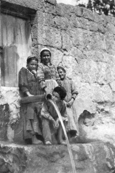 Фотография Василия Сокорнова. Типы Крыма. У фонтана, 1912 год.