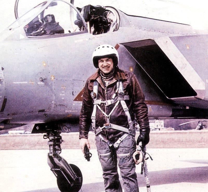 Летчик-испытатель А.А. Синицын у самолета Як-141, который разработал Бекирбаев Керим.