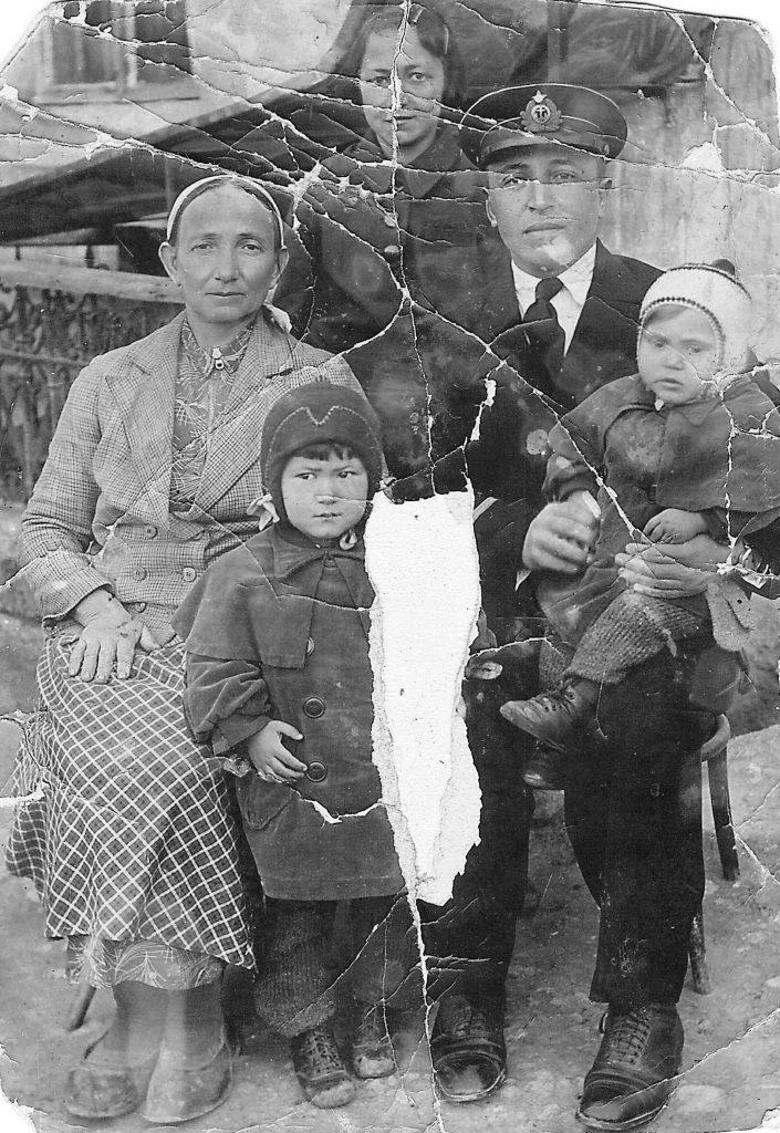 Слева направо, Раиме-бита, внучка Нияра, дочь Айше, сын Ибраим, внучка Эльвира