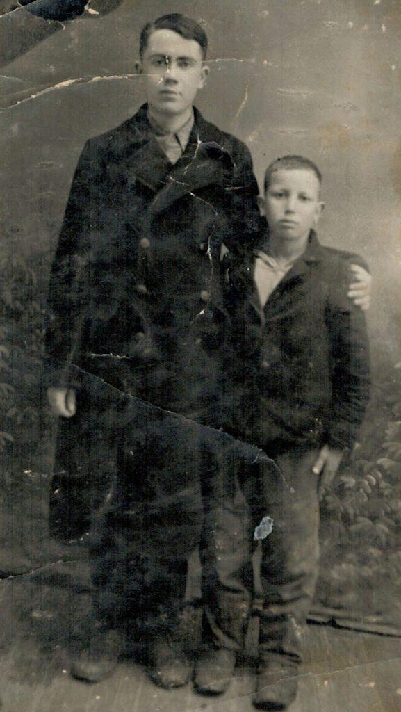 Слева направо Зенедин Арифов и Ремзи (сын Раиме-бита), 1942 г.