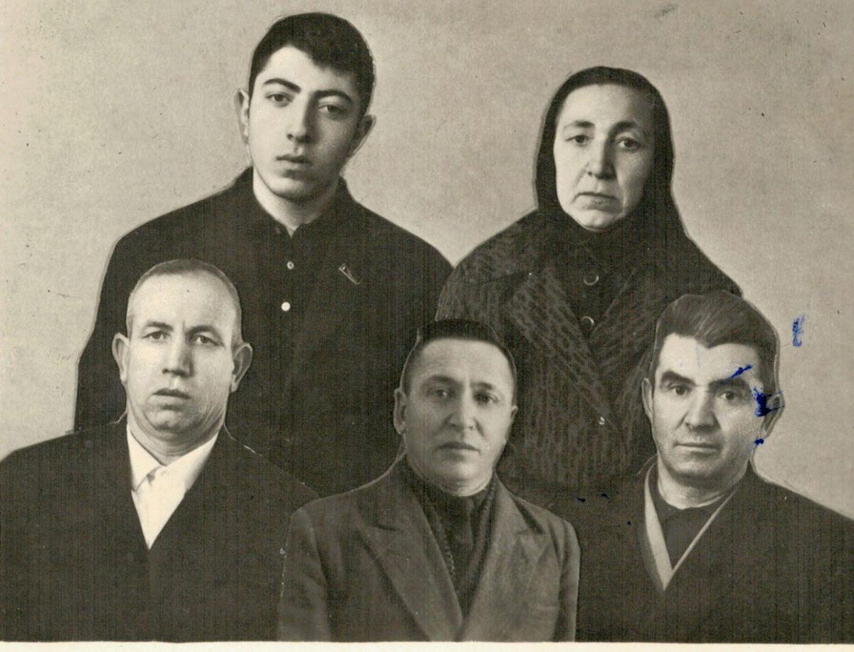 Уроженцы д. Улу-Сала. Слева направо Ремзи, Ибраим, Яхуб. Стоят Айше и ее сын Руслан