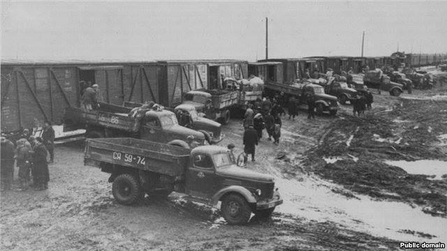 Архивное фото, запечатлевшее момент депортации с Кавказа чеченцев и ингушей.