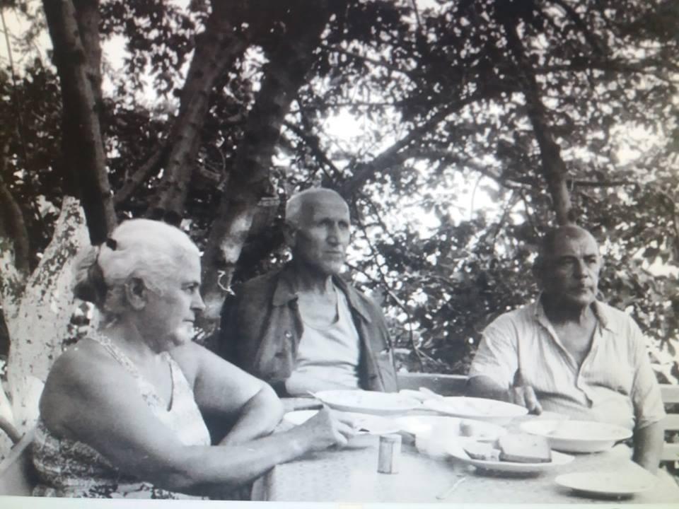Родители Амет-Хана Султана (по краям) - Насибе и Султан - и его дядя Осман (в центре)