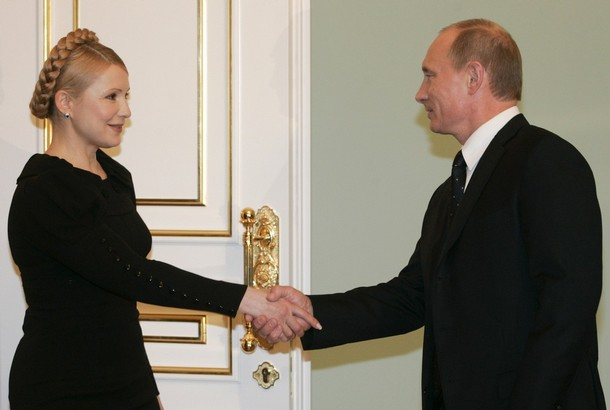 Russia's Prime Minister Vladimir Putin (R) and his Ukrainian counterpart Yulia Tymoshenko meet in Moscow for talks January 17, 2009. Russia's state-run gas giant Gazprom said on Saturday it expected to sign a deal with Ukraine resolving the dispute which has interrupted supplies of Russian gas to Europe, Russian news agencies reported.  REUTERS/Alexander Natruskin  (RUSSIA)