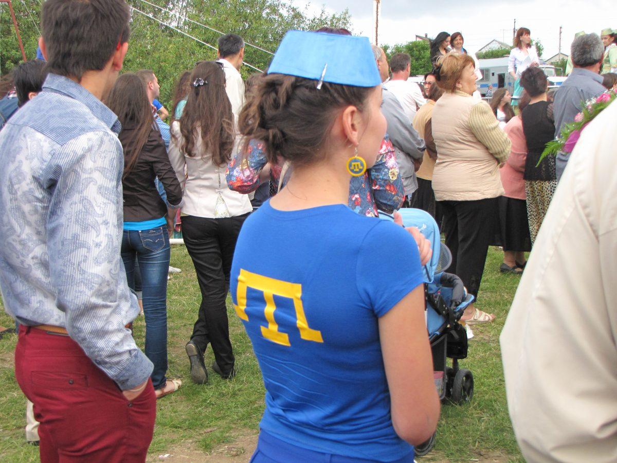 ВКрыму детей заставляют танцевать вфутболках навыворот, чтобы утаить крымскотатарский герб