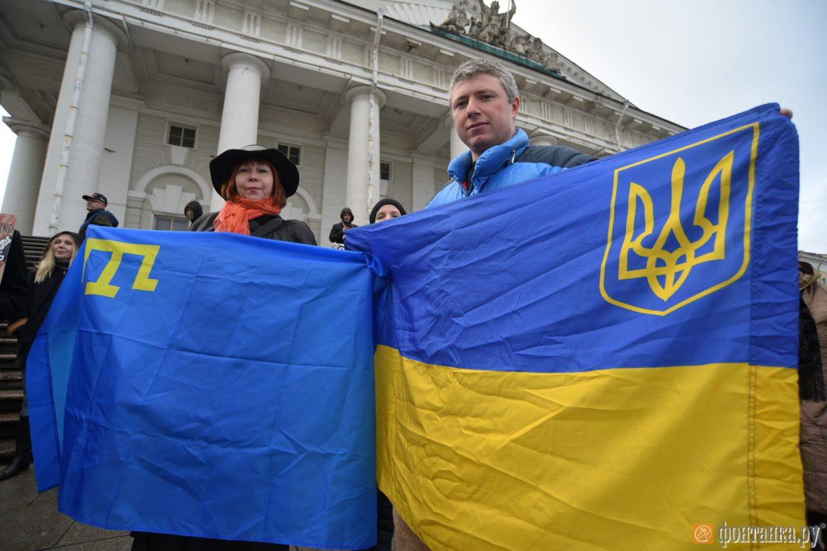 крымскотатарский флаг в ходе марша ненависти