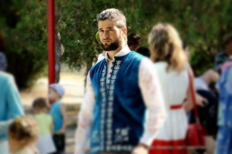 Крымскотатарского активиста Салиева везут вотделение милиции  руководитель  ЦИК Курултая