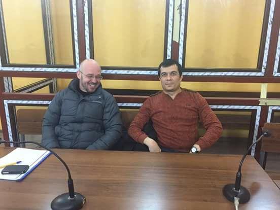 Эмиль Курбединов с адвокатом Константином Рустемовым в зале Железнодорожного суда Симферополя