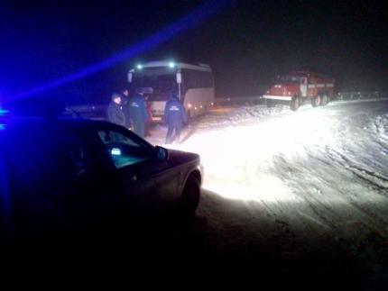 в снегу застрял автобус