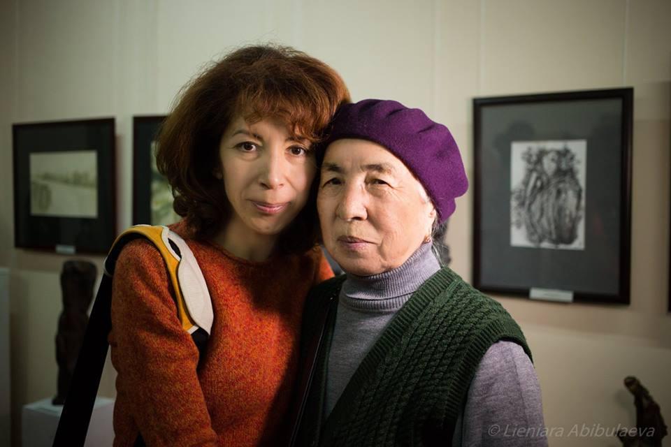 Фотограф Леньяра Абибулаева и ветеран крымскотатарского национального движения Айше Сейтмуратова