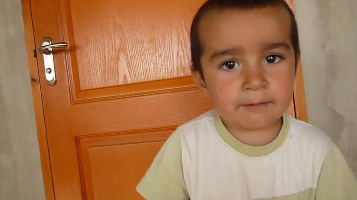 Маленький крымский татарин читает суры
