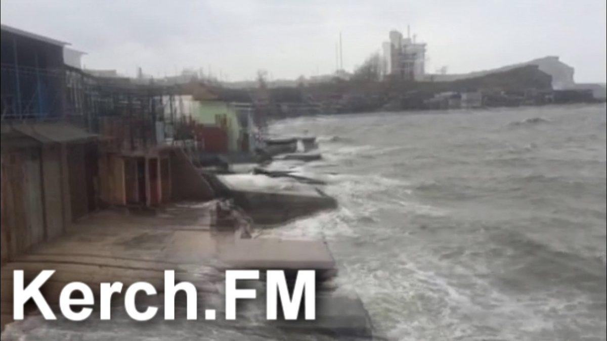 Трубы Керченского моста прибило к побережью