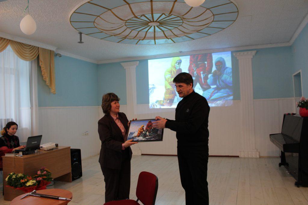 Подарок школе. Эльмаз Кельдаметова и Рустем Эминов