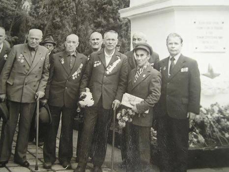 Эмирсуин Аджимамбетов во втором ряду за спиной ветерана в фуражке. 80-е, очередной приезд в Севастополь на празднование Дня Победы