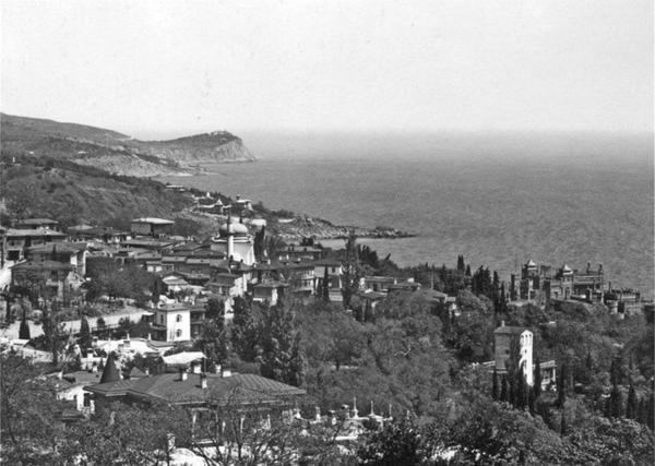 Фотография Василия Сокорнова. Алупка с западной стороны, 1909 год.