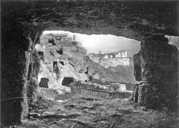 Фотография Василия Сокорнова. Мертвый город Чуфут-Кале, близ Бахчисарая, 1911 год.