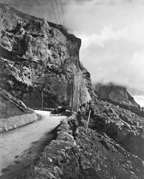 Фотография Василия Сокорнова. Шоссе на южном берегу. (Близ Байдарских ворот), 1916 год.